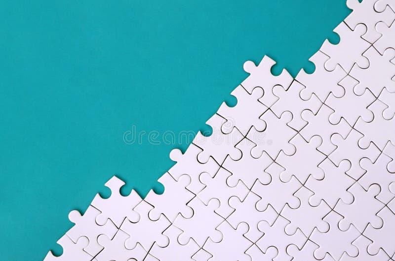 Τεμάχιο ενός διπλωμένου άσπρου γρίφου τορνευτικών πριονιών στο υπόβαθρο μιας μπλε πλαστικής επιφάνειας Φωτογραφία σύστασης με το  στοκ φωτογραφία