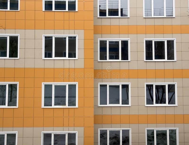 Τεμάχιο ενός καινούργιου σπιτιού με την αερισμένη πρόσοψη φιαγμένη από κεραμικά κεραμίδια στοκ φωτογραφία