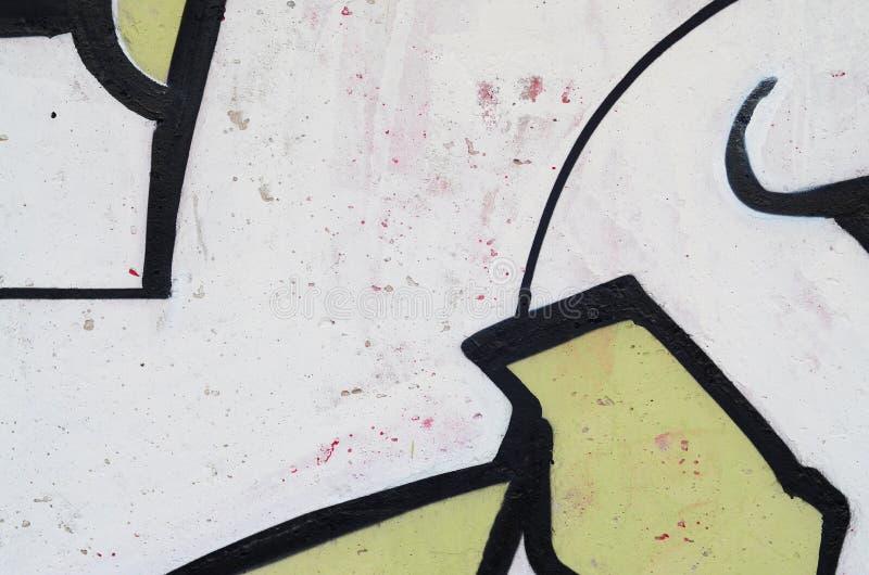 Τεμάχιο ενός παλαιού τοίχου με τα ζωηρόχρωμα έργα ζωγραφικής γκράφιτι στοκ εικόνες με δικαίωμα ελεύθερης χρήσης