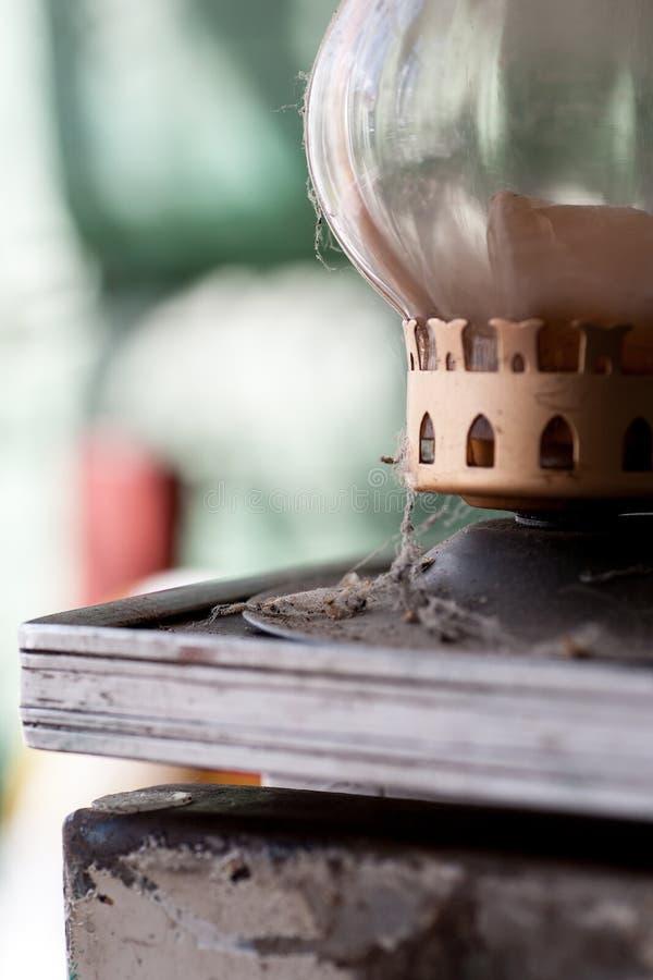 Τεμάχιο ενός παλαιού σκονισμένου κατόχου κεριών στοκ εικόνα με δικαίωμα ελεύθερης χρήσης