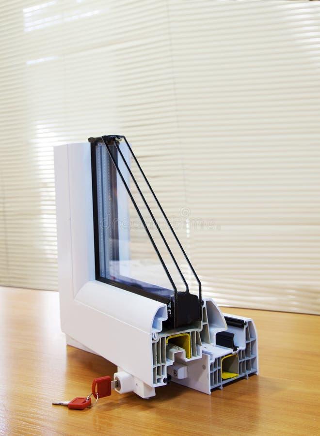 Τεμάχιο ενός πλαστικού παραθύρου που στέκεται στον πίνακα στοκ εικόνες