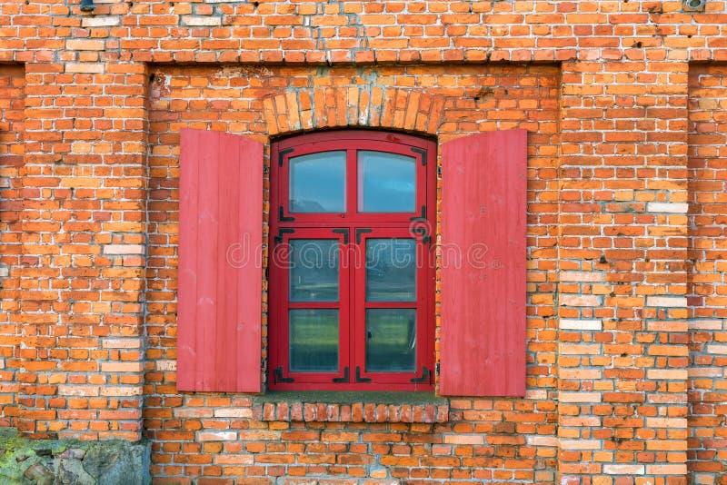 Τεμάχιο ενός τουβλότοιχος με ένα παράθυρο στοκ εικόνες