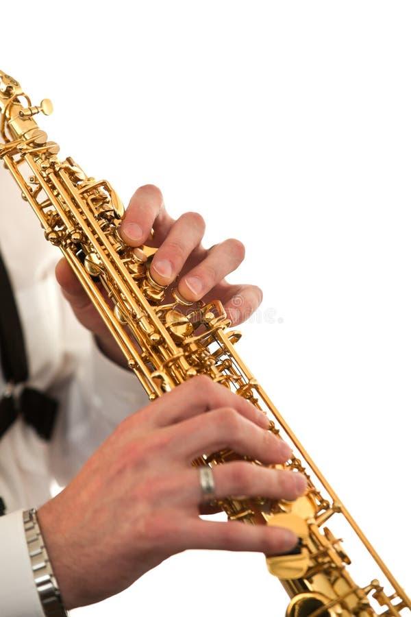 Τεμάχιο ενός saxophone στα χέρια ενός μουσικού στοκ φωτογραφία με δικαίωμα ελεύθερης χρήσης
