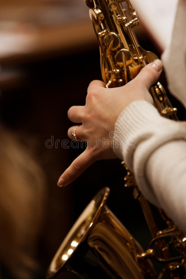 Τεμάχιο ενός saxophone στα χέρια στοκ φωτογραφία με δικαίωμα ελεύθερης χρήσης