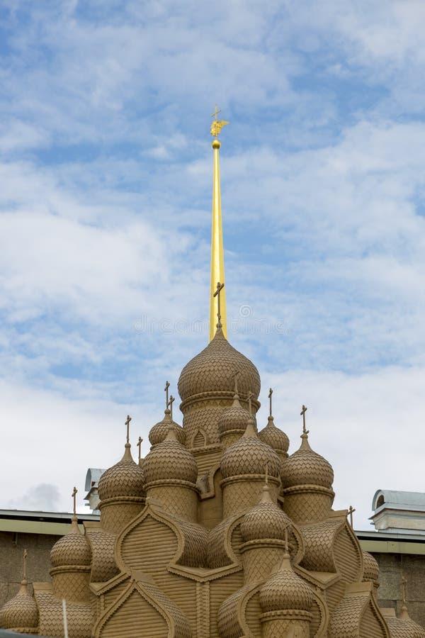 Τεμάχιο μιας εκκλησίας άμμου στα πλαίσια του κώνου του Peter και του καθεδρικού ναού του Paul στη Αγία Πετρούπολη στοκ φωτογραφία