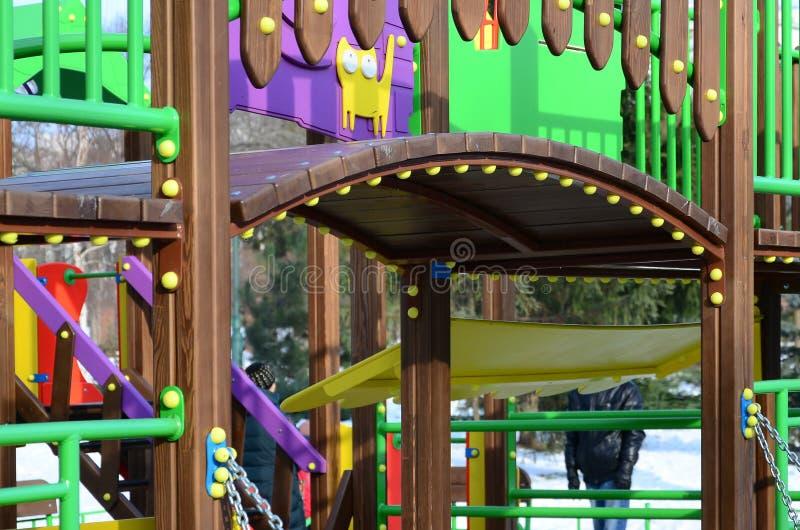 Τεμάχιο μιας παιδικής χαράς φιαγμένης πλαστικό και ξύλο, που χρωματίζεται από στο Di στοκ φωτογραφίες