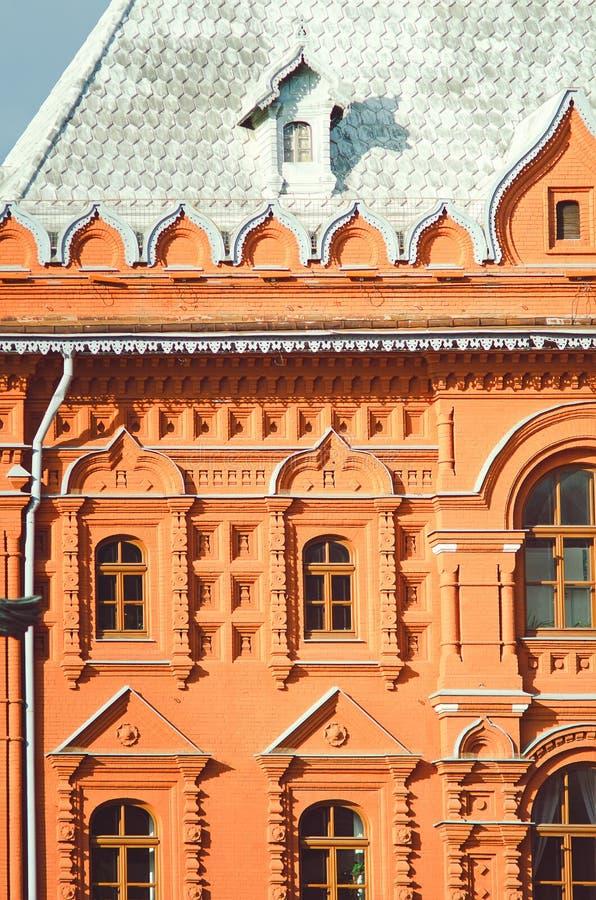 Τεμάχιο μιας όμορφης ιστορικής οικοδόμησης της πόλης της Μόσχας Κάθετη φωτογραφία στοκ φωτογραφίες