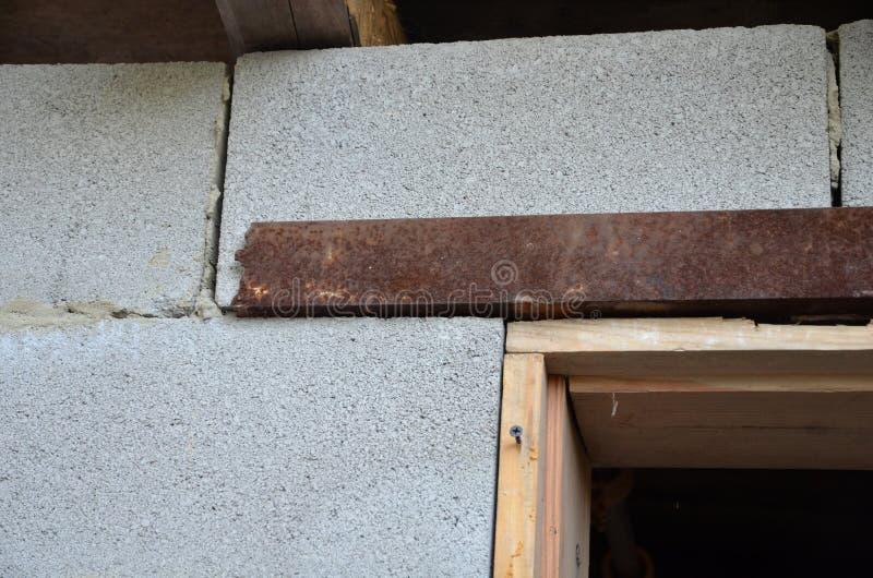 Τεμάχιο να τοποθετήσει το ξύλινο λάφυρο πορτών στην πόρτα του τοίχου οικοδόμησης στοκ φωτογραφίες