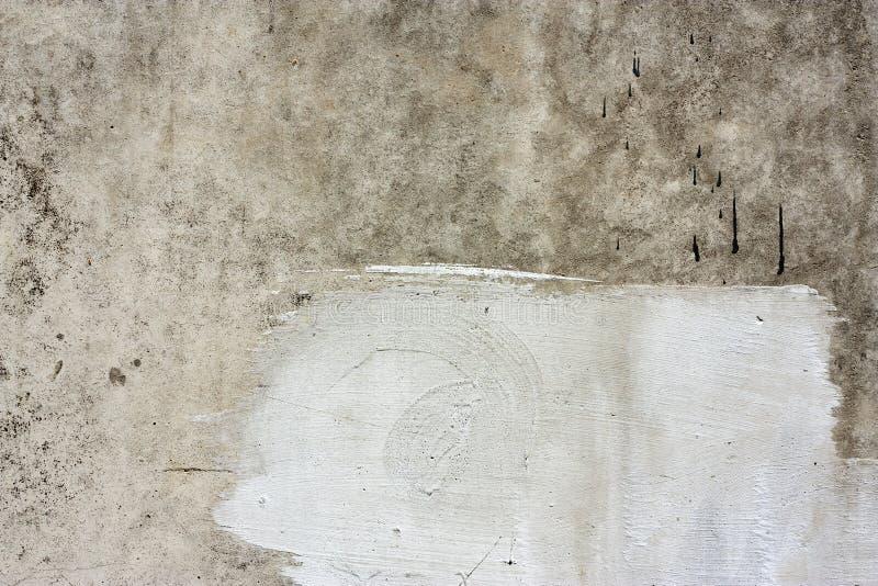 Τεμάχιο συμπαγών τοίχων Παλαιά βρώμικη σύσταση τσιμέντου με τις ατέλειες Επιφάνεια Grunge με τις ρωγμές και ξεπερασμένος στοκ φωτογραφία με δικαίωμα ελεύθερης χρήσης
