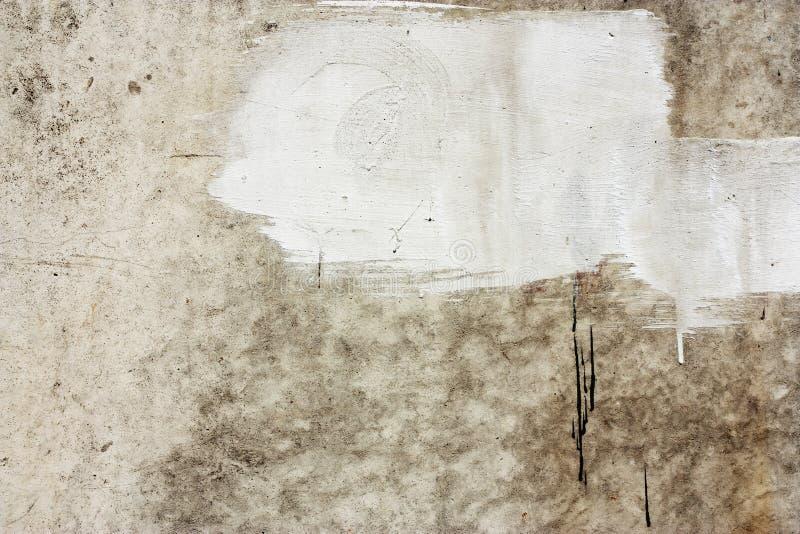 Τεμάχιο συμπαγών τοίχων Παλαιά βρώμικη σύσταση τσιμέντου με τις ατέλειες Επιφάνεια Grunge με τις ρωγμές και ξεπερασμένος στοκ εικόνες με δικαίωμα ελεύθερης χρήσης