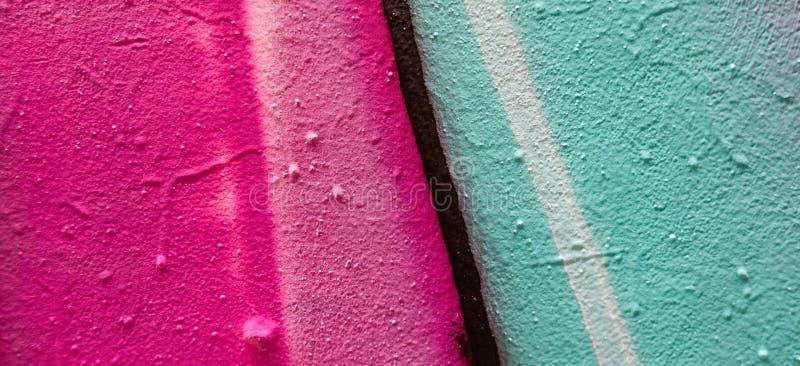 Τεμάχιο του ζωηρόχρωμου σχεδίου γκράφιτι που γίνεται με τα χρώματα αερολύματος στον τοίχο στοκ εικόνα