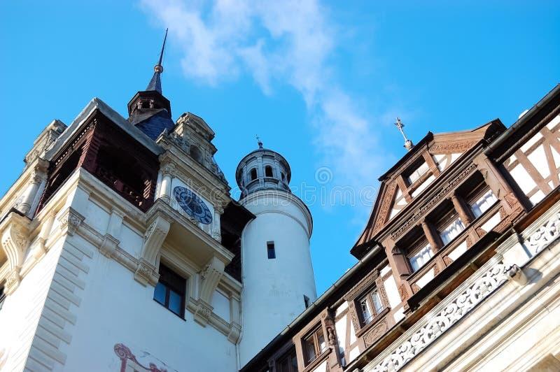 Τεμάχιο του παλατιού Peles ενάντια στο μπλε ουρανό σε Sinaia στοκ εικόνες