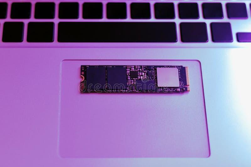 Τεμάχιο του τσιπ πληκτρολογίων και κίνησης netbook στοκ φωτογραφία με δικαίωμα ελεύθερης χρήσης