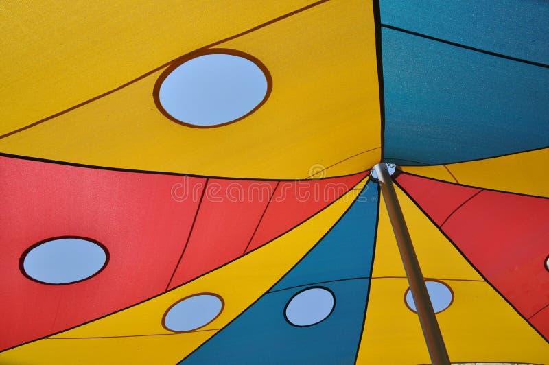 Τεμάχιο χρωματισμένο awning από τον ήλιο για να καλύψει την παιδική χαρά στοκ φωτογραφίες
