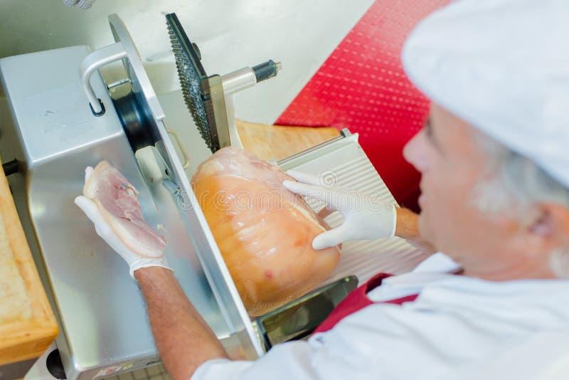Τεμαχίζοντας κρέας ατόμων με την άποψη μηχανών άνωθεν στοκ εικόνα