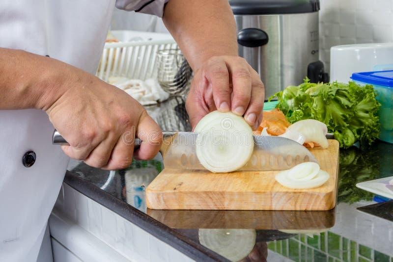 Τεμαχίζοντας κρεμμύδι αρχιμαγείρων στοκ φωτογραφία με δικαίωμα ελεύθερης χρήσης