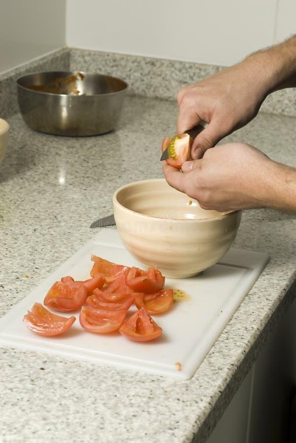τεμαχίζοντας ντομάτες στοκ φωτογραφίες με δικαίωμα ελεύθερης χρήσης