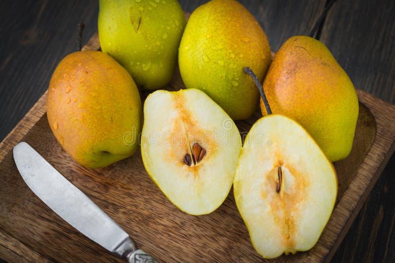 Τεμαχισμένα αχλάδια διαφορετικό ripeness στοκ φωτογραφίες