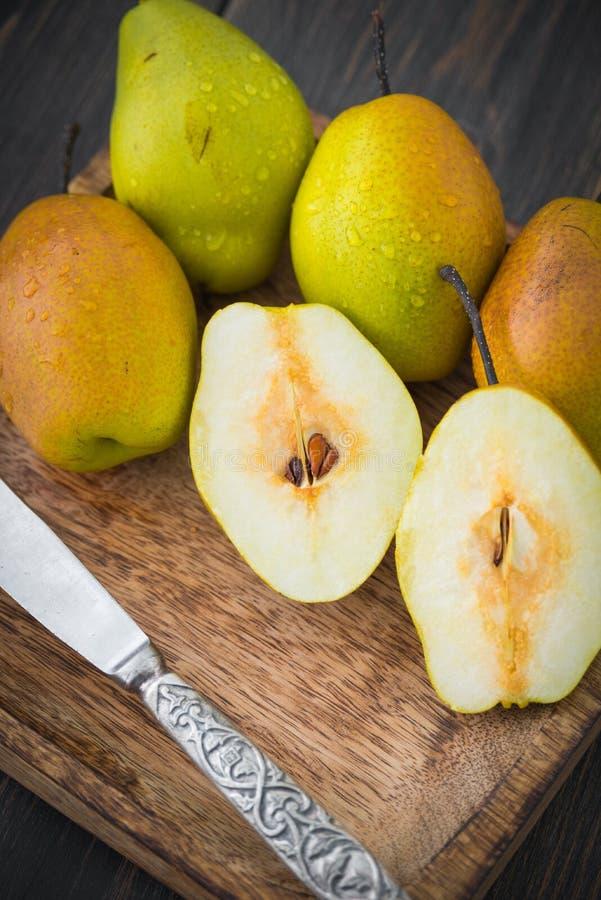 Τεμαχισμένα αχλάδια των ποικιλιών βαθμών ripeness στοκ εικόνα