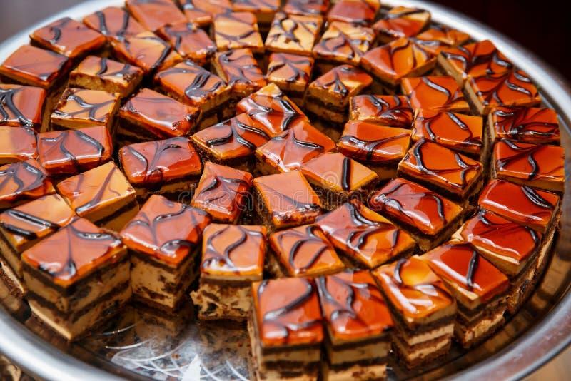 Τεμαχισμένα κομμάτια του κέικ στον τομέα εστιάσεως γεγονότος στοκ εικόνες με δικαίωμα ελεύθερης χρήσης