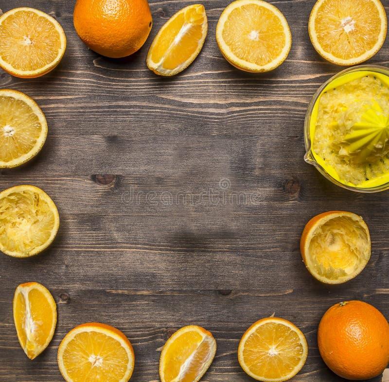 Τεμαχισμένα φρέσκα πορτοκάλια, ευθυγραμμισμένη τοπ άποψη υποβάθρου πλαισίων ξύλινη αγροτική κοντά επάνω στοκ φωτογραφίες