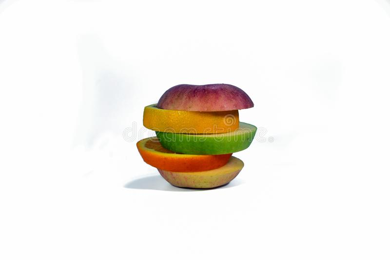 Τεμαχισμένα φρούτα που απομονώνονται σε ένα άσπρο υπόβαθρο στοκ φωτογραφία με δικαίωμα ελεύθερης χρήσης