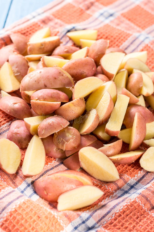 Τεμαχισμένες νέες πατάτες που ξεραίνουν στην κουζίνα dishcloth στοκ εικόνα με δικαίωμα ελεύθερης χρήσης