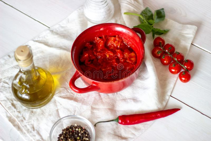 Τεμαχισμένες ντομάτες με το ελαιόλαδο σε ένα άσπρο υπόβαθρο στοκ φωτογραφία