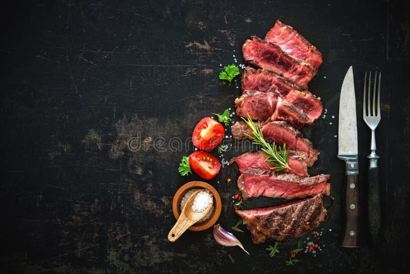 Τεμαχισμένη μέση σπάνια ψημένη στη σχάρα μπριζόλα βόειου κρέατος ribeye στοκ εικόνα