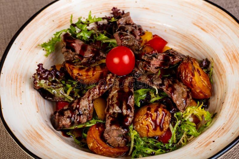 Τεμαχισμένη μπριζόλα βόειου κρέατος με την πατάτα στοκ εικόνα