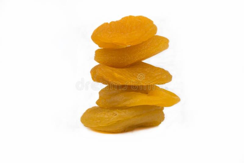 Τεμαχισμένη πορτοκαλιά ξηρά κινηματογράφηση σε πρώτο πλάνο βερίκοκων που απομονώνεται σε ένα άσπρο υπόβαθρο στοκ εικόνες