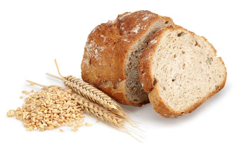 Τεμαχισμένη φραντζόλα ψωμιού με τα αυτιά και τα σιτάρια σίτου στοκ φωτογραφίες με δικαίωμα ελεύθερης χρήσης