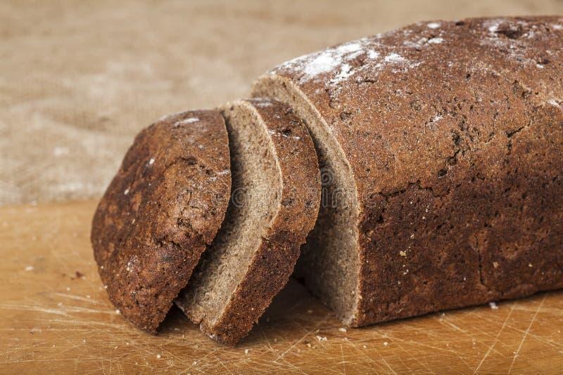 Τεμαχισμένη φραντζόλα του μαύρου ψωμιού στοκ εικόνες