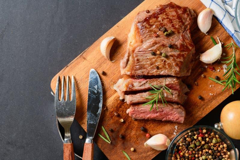 Τεμαχισμένη ψημένη στη σχάρα μπριζόλα βόειου κρέατος με τα καρυκεύματα στοκ φωτογραφία με δικαίωμα ελεύθερης χρήσης