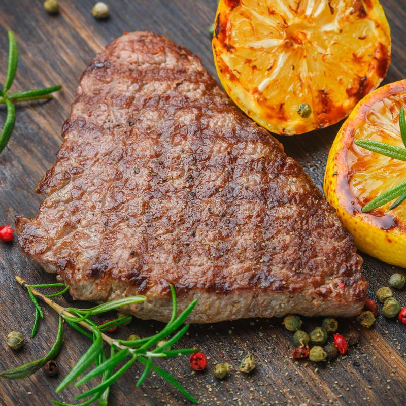 Τεμαχισμένη ψημένη στη σχάρα μπριζόλα σχαρών βόειου κρέατος με το λεμόνι στοκ φωτογραφίες με δικαίωμα ελεύθερης χρήσης