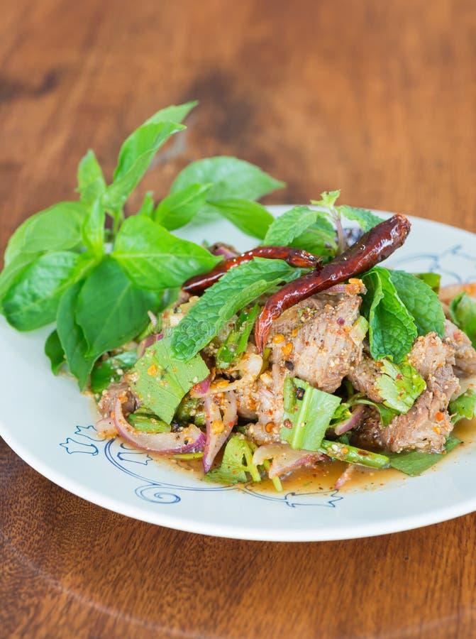 Τεμαχισμένη ψημένη στη σχάρα σαλάτα χοιρινού κρέατος στοκ εικόνες