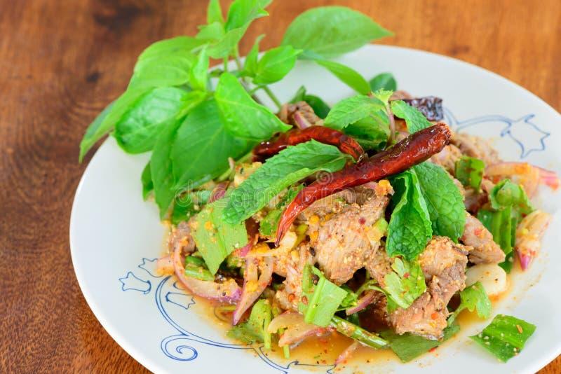 Τεμαχισμένη ψημένη στη σχάρα σαλάτα χοιρινού κρέατος στοκ εικόνα