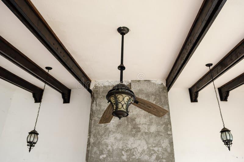 Τεμαχισμένος ανώτατος ανεμιστήρας, δύο λεπίδες ενός σπασμένου ανεμιστήρα, ξύλινοι φραγμοί στη στέγη στοκ εικόνες