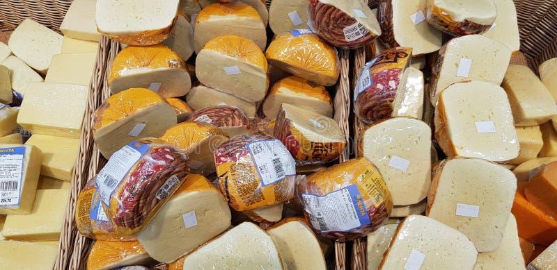 Τεμαχισμένος και συσκευασμένος στα κομμάτια πολυαιθυλενίου του τυριού στοκ φωτογραφία