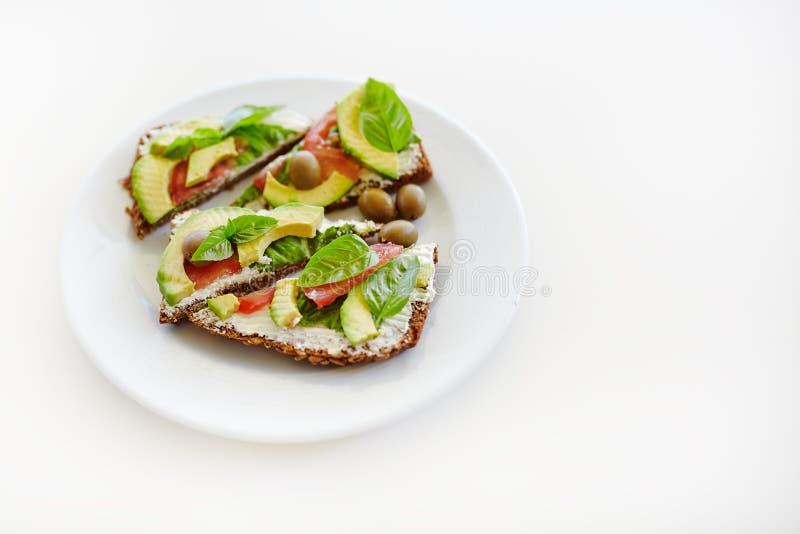 Τεμαχισμένο αβοκάντο στο ψωμί φρυγανιάς στοκ εικόνες