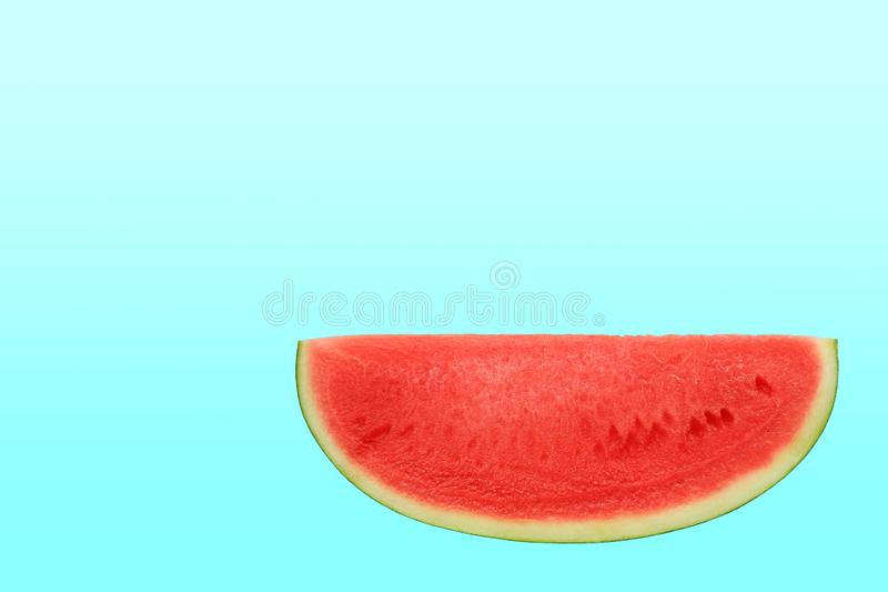 Τεμαχισμένο γλυκό καρπούζι που απομονώνεται πέρα από το κυανό υπόβαθρο με το διάστημα αντιγράφων στοκ φωτογραφία