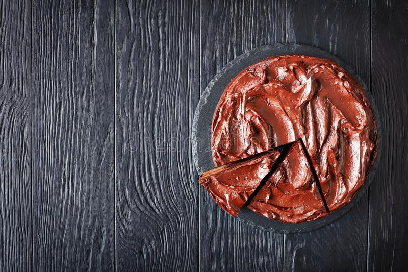 Τεμαχισμένο κέικ σοκολάτας σε έναν πίνακα στοκ εικόνα