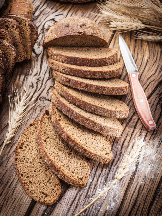 Τεμαχισμένο μαύρο ψωμί σε μια ξύλινη σανίδα στοκ φωτογραφίες με δικαίωμα ελεύθερης χρήσης