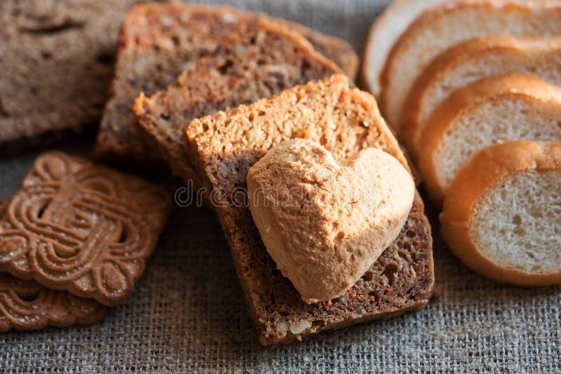 Τεμαχισμένο μαύρο ψωμί στην παλαιά ξύλινη σανίδα στοκ φωτογραφία