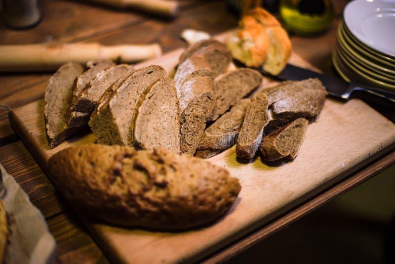 Τεμαχισμένο μαύρο ψωμί στην παλαιά ξύλινη σανίδα στοκ εικόνα με δικαίωμα ελεύθερης χρήσης