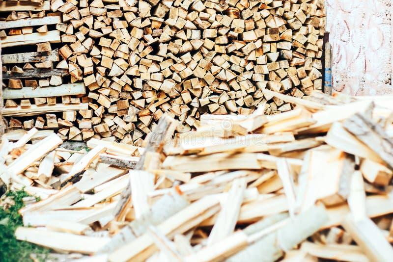 Τεμαχισμένο ξύλο που συσσωρεύεται σε έναν woodpile και που προετοιμάζεται για τη θέρμανση το χειμώνα στοκ εικόνες