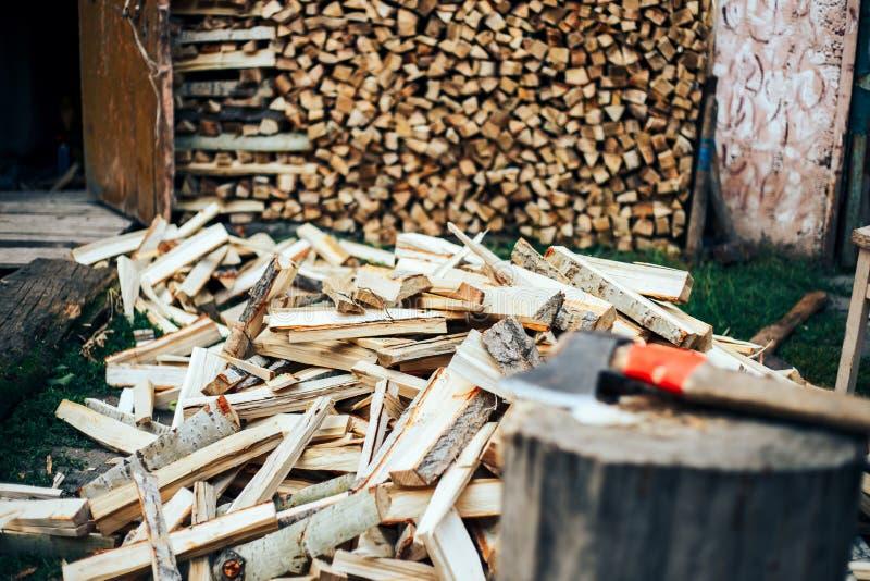Τεμαχισμένο ξύλο που συσσωρεύεται σε έναν woodpile και που προετοιμάζεται για τη θέρμανση το χειμώνα στοκ φωτογραφία