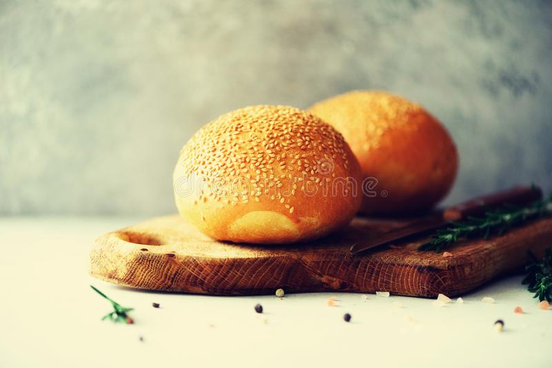 Τεμαχισμένο πρόσφατα υποστηριγμένο ψωμί Χειροποίητη καφετιά φραντζόλα του ψωμιού, έννοια αρτοποιείων, σπιτικά τρόφιμα, υγιής κατα στοκ φωτογραφία με δικαίωμα ελεύθερης χρήσης