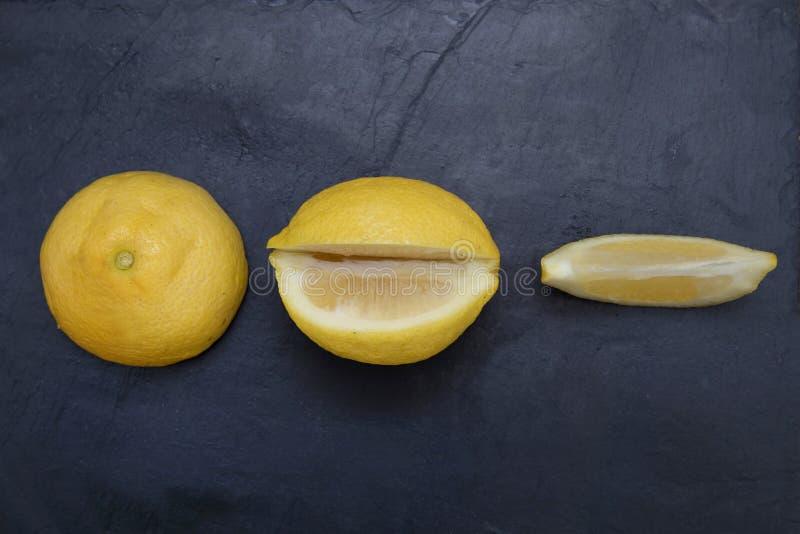 Τεμαχισμένο φυσικό λεμόνι στοκ φωτογραφίες