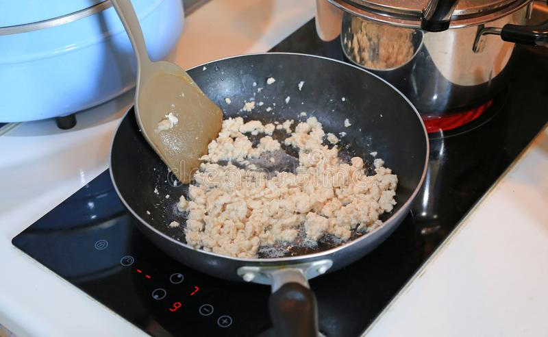 Τεμαχισμένο χοιρινό κρέας που τηγανίζεται σε ένα καυτό τηγάνι στοκ φωτογραφία με δικαίωμα ελεύθερης χρήσης